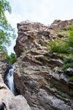 L'eau par les roches image stock