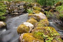 L'eau par les ruines d'un mur Photo libre de droits