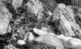 L'eau parmi des roches Photographie stock libre de droits