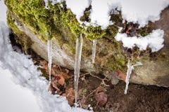 L'eau pendant l'hiver glacée par le tempterature froid image stock