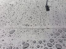 L'eau perlant sur la voiture noire photos libres de droits