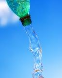 L'eau pleuvante à torrents de la bouteille Photos stock