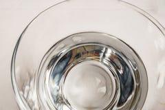 L'eau potable dans la tasse en verre sur la table photographie stock