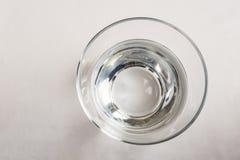 L'eau potable dans la tasse en verre sur la table photographie stock libre de droits