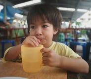 L'eau potable de gar?ons photo libre de droits