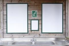 L'eau potable signent au-dessus de l'évier dans la campagne de région sauvage pendant la vie de camp de touristes de marcheurs photos stock