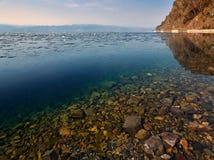 L'eau propre du lac Baïkal, neige fond dans les sud un Baikal Photos libres de droits