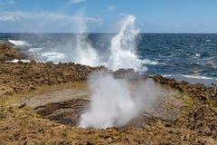 L'eau pulvérise vers le haut de chacun des deux sur la côte et dans la soufflure photographie stock libre de droits