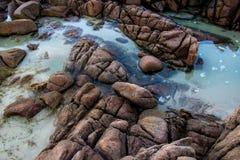 L'eau reflétée parmi les roches photo stock