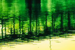 L'eau reflétant un pont photographie stock libre de droits