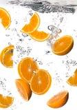 L'eau saine avec les oranges fraîches. Baisses Image libre de droits