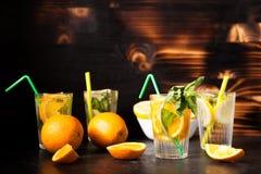 L'eau saine et delicous de detox faite de citrons et oranges photo libre de droits