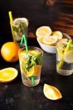 L'eau saine et delicous de detox faite de citrons et oranges image libre de droits