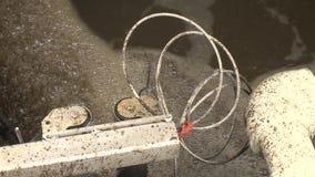 L'eau sale bouillonnant dans des réservoirs d'aération avec l'enlèvement de arrangement de boue activée banque de vidéos