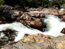 L'eau sauvage de enroulement entre les roches brun-rougeâtre - Yosemite, séquoia et parc national des Rois Canyon image stock