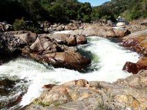 L'eau sauvage de enroulement entre les roches brun-rougeâtre - Yosemite, séquoia et parc national des Rois Canyon photos stock