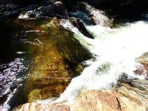 L'eau sauvage entre les roches brun-rougeâtre - Yosemite, séquoia et parc national des Rois Canyon photos stock