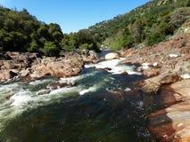L'eau sauvage entre les roches brun-rougeâtre - Yosemite, séquoia et parc national des Rois Canyon photos libres de droits