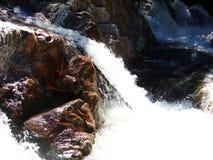 L'eau sauvage entre les roches brun-rougeâtre - Yosemite, séquoia et parc national des Rois Canyon image stock