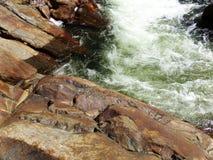 L'eau sauvage entre les roches brun-rougeâtre - Yosemite, séquoia et parc national des Rois Canyon photographie stock libre de droits