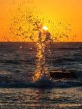 L'eau se cassant sur le soleil Photos libres de droits