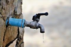 L'eau se laissant tomber du robinet Photo libre de droits