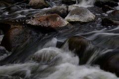 L'eau se précipitant en bas de la rivière Photos stock