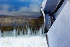 L'eau se précipitant par des portes à un barrage Photo libre de droits