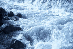 L'eau se précipitante Photo stock