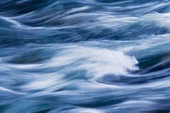 l'eau se précipitante Image libre de droits