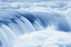 l'eau se précipitante Photos libres de droits