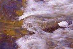 L'eau se précipitante Images libres de droits