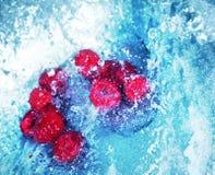 L'eau se précipitante avec les framboises 2 Images stock