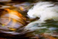 L'eau se précipitante Photo libre de droits