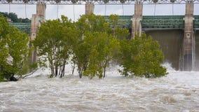 l'eau se renversant au-dessus des portes d'inondation ouvertes Image libre de droits
