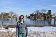 L'eau se tenante prêt de jeune femme en hiver Photographie stock libre de droits