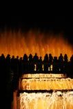 l'eau silhouettée par fontaine de danse Image stock