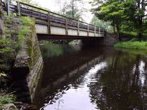 L'eau sous le calme débordant de sérénité de crique de pont Image stock