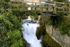L'eau sous le pont. Photo libre de droits