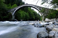 L'eau sous un pont de pierre de voûte photos libres de droits