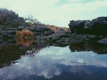 l'eau stagnante par la mer Photos libres de droits