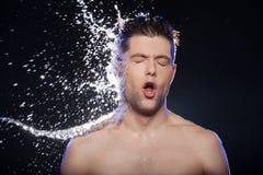 L'eau sur le visage. photo stock