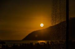 L'eau sur un coucher du soleil Photographie stock libre de droits