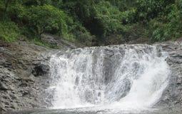 L'eau tombant entre les roches en rivière est un paysage naturel dans les provinces des Philippines photos stock
