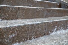 L'eau tombant sur des étapes d'escalier Image stock