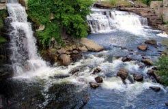 L'eau tombe avec sa vue naturelle Image libre de droits