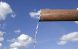 L'eau tombe de la pipe photographie stock libre de droits