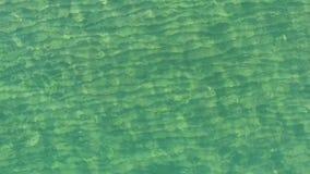 L'eau transparente de la mer prise d'en haut clips vidéos