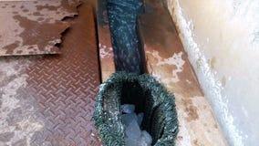 L'eau traversant des canaux pour traiter l'approvisionnement en eau banque de vidéos