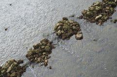 L'eau traversant des roches Photos stock